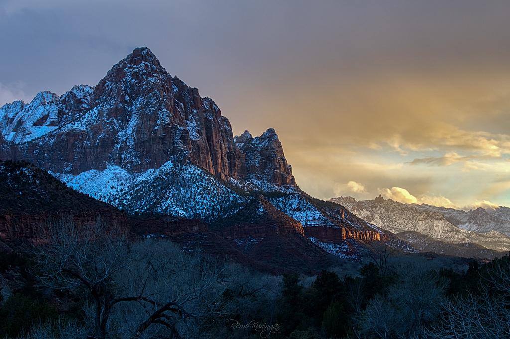 The Watchman nimeline mäetipp Zioni rahvuspargis nautimas päikese viimaseid kiiri loojangu ajal