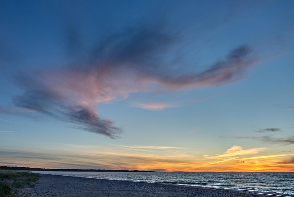 Tuuline õhtupoolik Harilaiul, kus päike on just loojunud ja tuulepuhangute saatel rulluvad lained väsimatult üksteise järel rannale